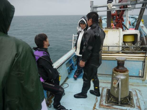 Mr. Takahashi (centre l) and Mr. Yoshida (r) discussing the plan for the dive